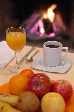 Hotel Rural La Casa del Cubon: desayuno buffet al calor chimenea de leńa