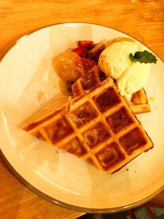 Hummingbird Eatery: Delicious waffle!