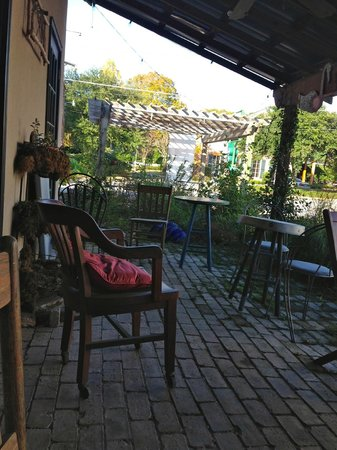 Magnolia Cafe: Coffee shop porch