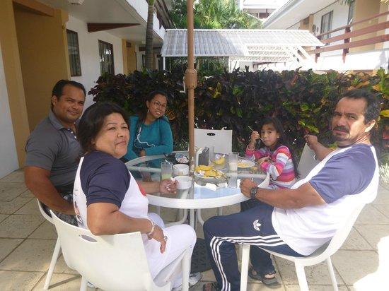 Apartotel Suites Cristina: Desayunando