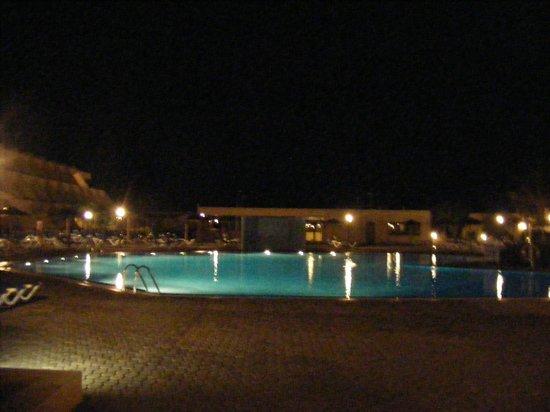 Hotel Coronas Playa: At night...well lit!