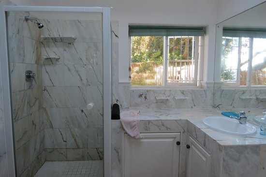Backpackers Beach House Lodge: On-Suite Bathroom 2