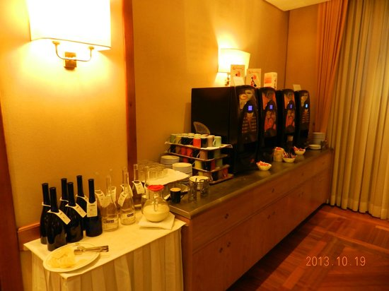 BEST WESTERN Hotel President: Coffee and Juice Machines - Water also available
