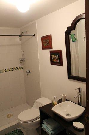 L'Auberge: Bathroom