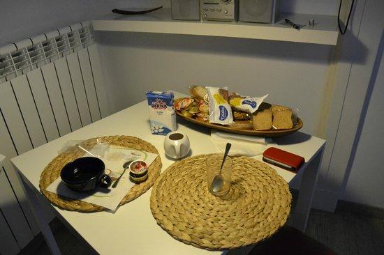 Flat Napoli Perche No: Il tavolo coi resti della rpima colazione