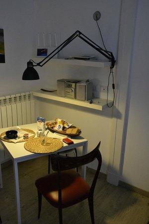 Flat Napoli Perche No: Tavolo