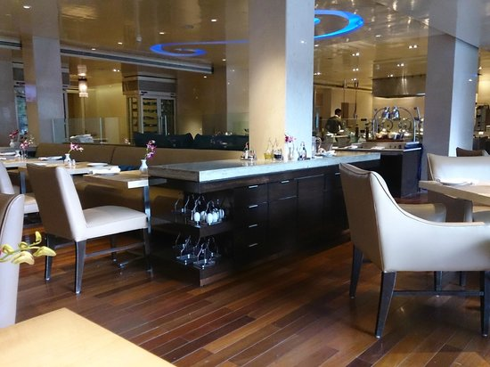 Vivanta by Taj - Blue Diamond: Restaurant