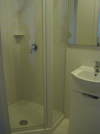 Kiwi International Hotel: Bathroom