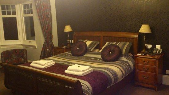 กริมสก็อต มาเนอร์ โฮเต็ล: the wonderful bed