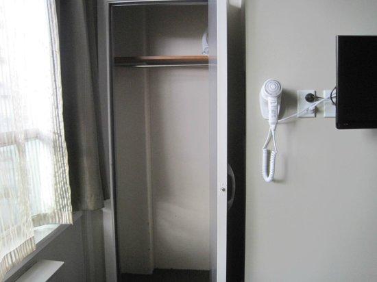 Kiwi International Hotel: Closet