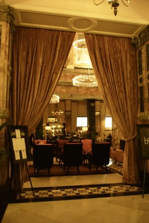 The Grand at Trafalgar Square: El lobby bar- restaurante