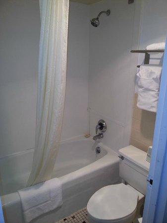 Econo Lodge: Banheiro