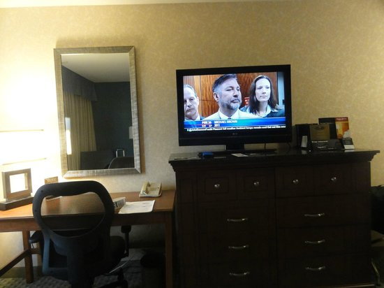 Drury Inn & Suites Houston Hobby Airport: TV and desk areas