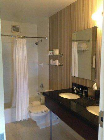 Inn of Chicago: Clean bathroom!