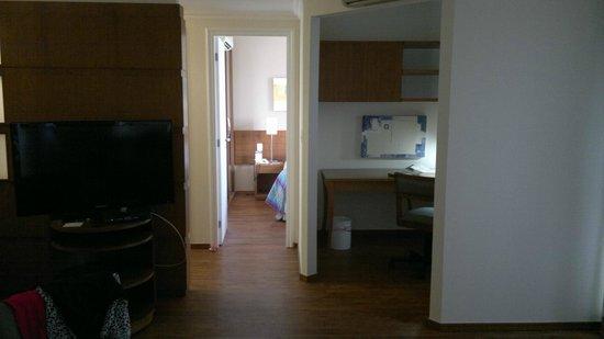Quality Suites Long Stay Bela Cintra : quarto e escritorio