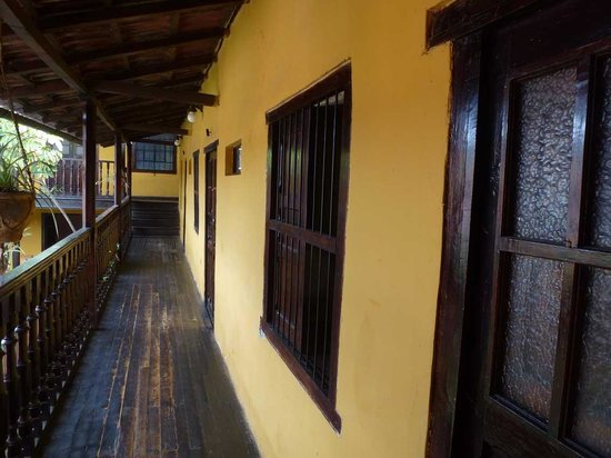 Hostal Los Balcones de la Recoleta: Außenansicht Zimmer und Balkon im Obergeschoss