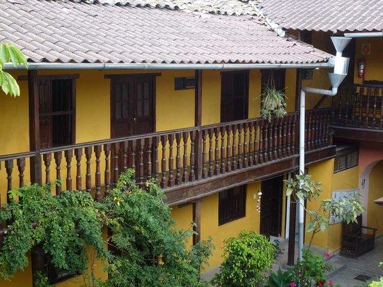 Hostal Los Balcones de la Recoleta: Zugang zu den Zimmern rechts des Eingangs