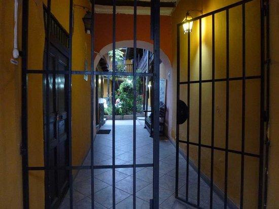Hostal Los Balcones de la Recoleta: Eingang ins Hotel von der Amalia Piga aus