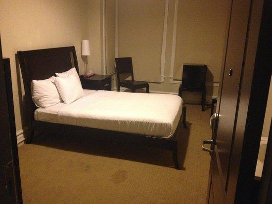 Casa Loma Hotel: Creaky Bed