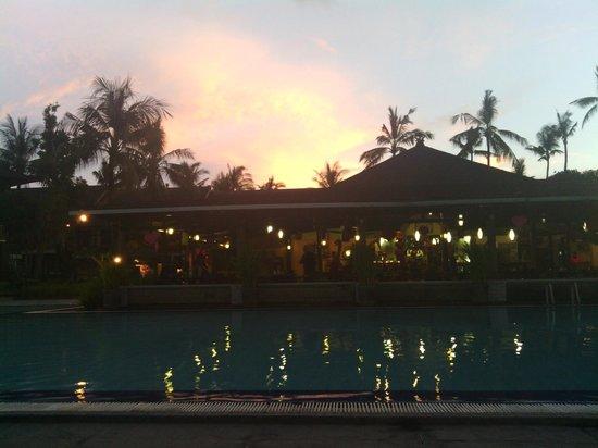 The Jayakarta Bali Beach Resort : закат в отеле