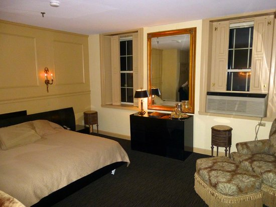 Garrison Inn Boutique Hotel: Our room facin the square