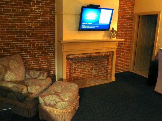 Garrison Inn Boutique Hotel: The charm of an old fireplace in our room