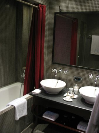 Le Pavillon de la Reine : Hot water, warm towels, space for two