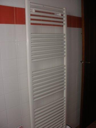 Casas Rurales el Rincon de las Tobas: radiador baño