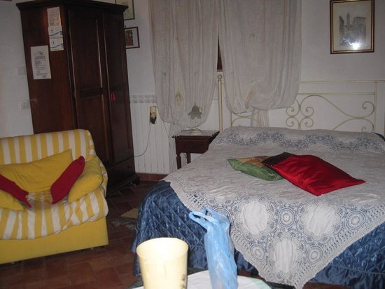 La Capanna di Sovestro: bed/sitting room