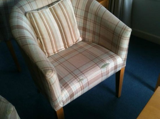 Mariners Hotel: Worn chair in lounge