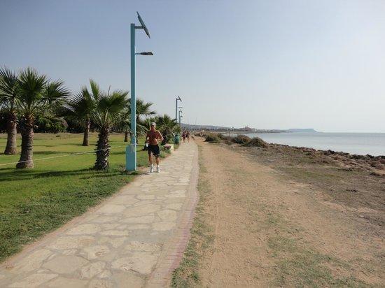 Piere Anne Beach Hotel: Дорожка вдоль берега