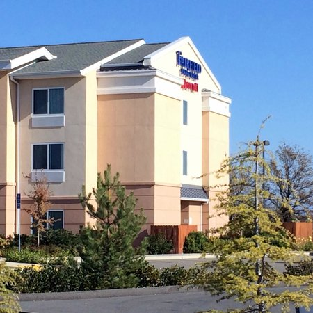Fairfield Inn & Suites Redding: Hotel Grounds - Day