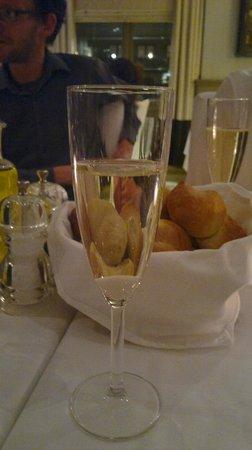 hos Thea: deilige rundstykker  og champagne