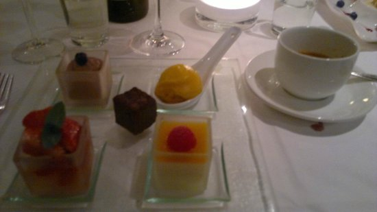 hos Thea: Herlig dessert!! :) variete av søte nytelser