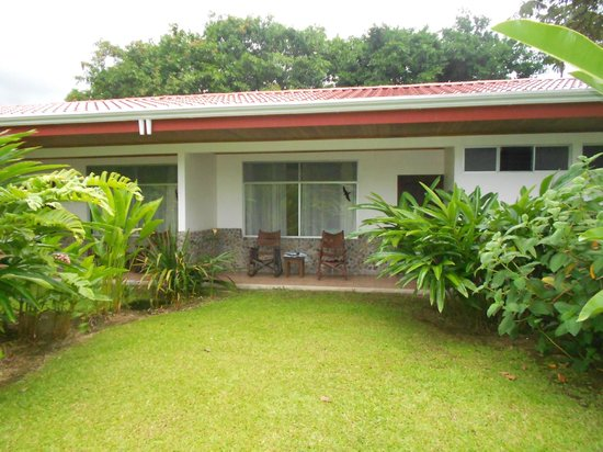 Volcano Lodge & Springs: Room backyard