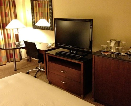 Hilton Chicago O'Hare Airport: Desk and large flat screen TV