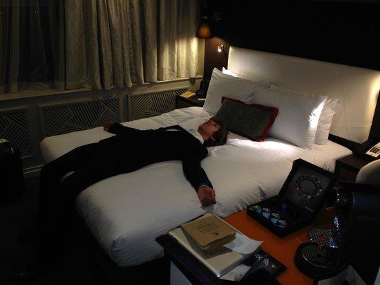 DoubleTree by Hilton London Ealing: La habitación, muy pequeña, mi hijo tiene quince años y parece que ya no cabe nadie mas.