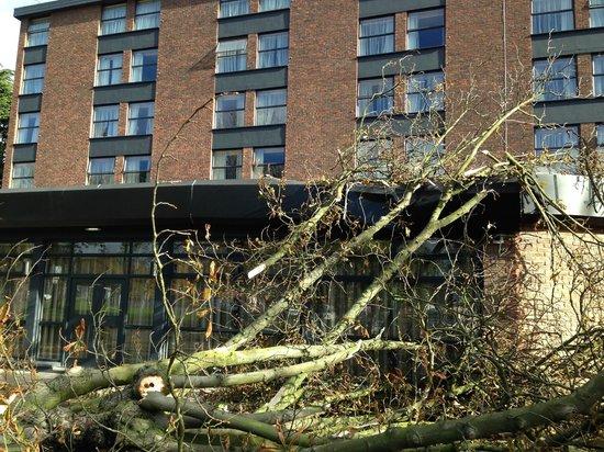 DoubleTree by Hilton London Ealing : Pasó un huracán y ni me enteré. Buen aislamiento, mi habitación está en el segundo piso a la izq