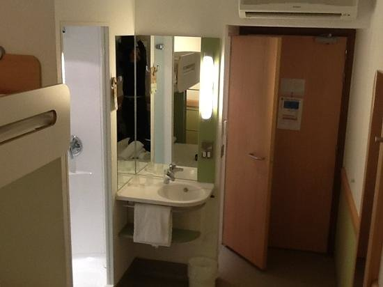 Hotel ibis budget Cardiff Centre No locks on toilet and shower doors Ibis Budget Cardiff : budget doors - pezcame.com