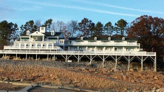 Mountain Harbor Inn Resort On the Lake: Hotel from the lake