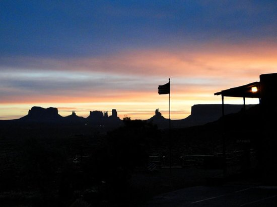 Goulding's Lodge & Campground : Sunrise View from Dining Room