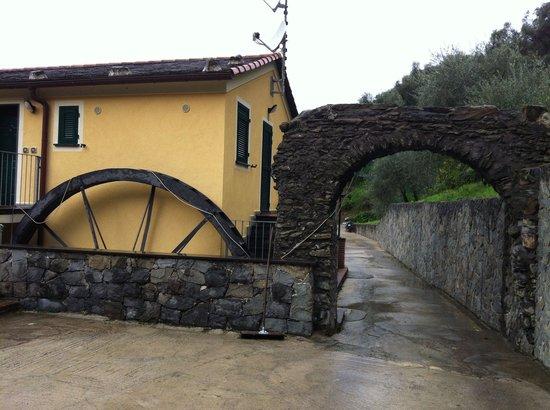 B&B Vignola: L'esterno della struttura. Foto scattata dal parcheggio, la nostra bella camere tra era ubicata