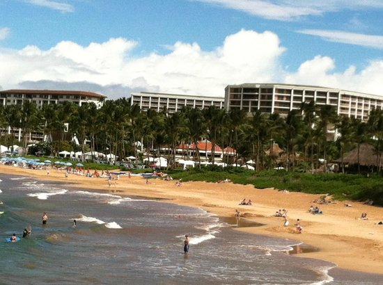 Grand Wailea - A Waldorf Astoria Resort: Beach and partial view of hotel grounds