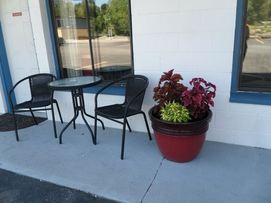 Imperial Motel: Sitting Areas Outside
