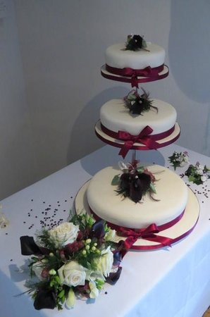 Judd's Folly Hotel: Displaying our wedding cake