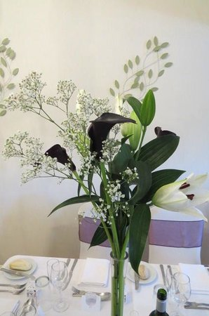 Judd's Folly Hotel: Beautifully chosen table flowers
