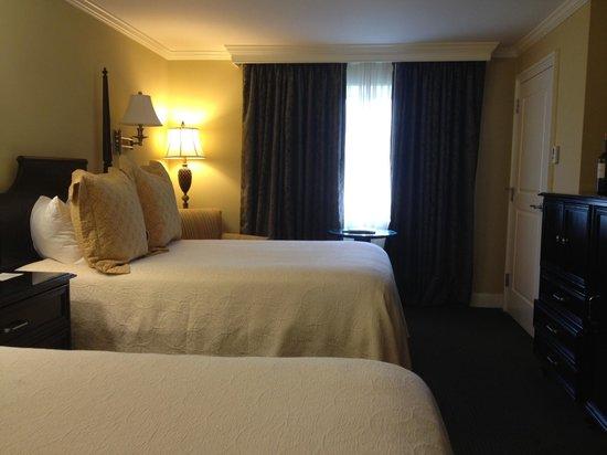 King Charles Inn: Simple, elegant bedroom