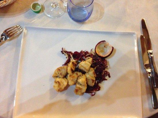 Buca Cena: Bocconcini di rana pescatrice con radicchio rosso caramellati al frutto della passione. Piatto e