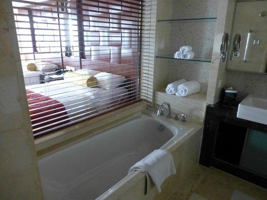 Beijing Marriott Hotel City Wall: Our bathroom