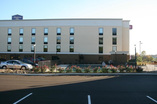 Hampton Inn Cookeville: Picture of the new pool area Currently closed but a beautiful new pool and sitting area